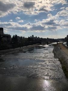 四条大橋から鴨川の南を望んで