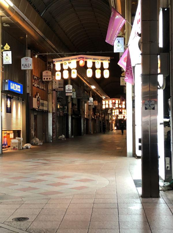 三条商店街の提灯の飾りつけ1