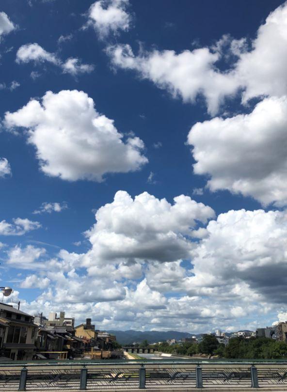 ズドーンと鴨川上の夏空